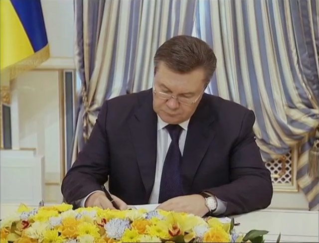 President of Ukraine Viktor Yanukovych signing agreement on the solution of the crisis with opposition.