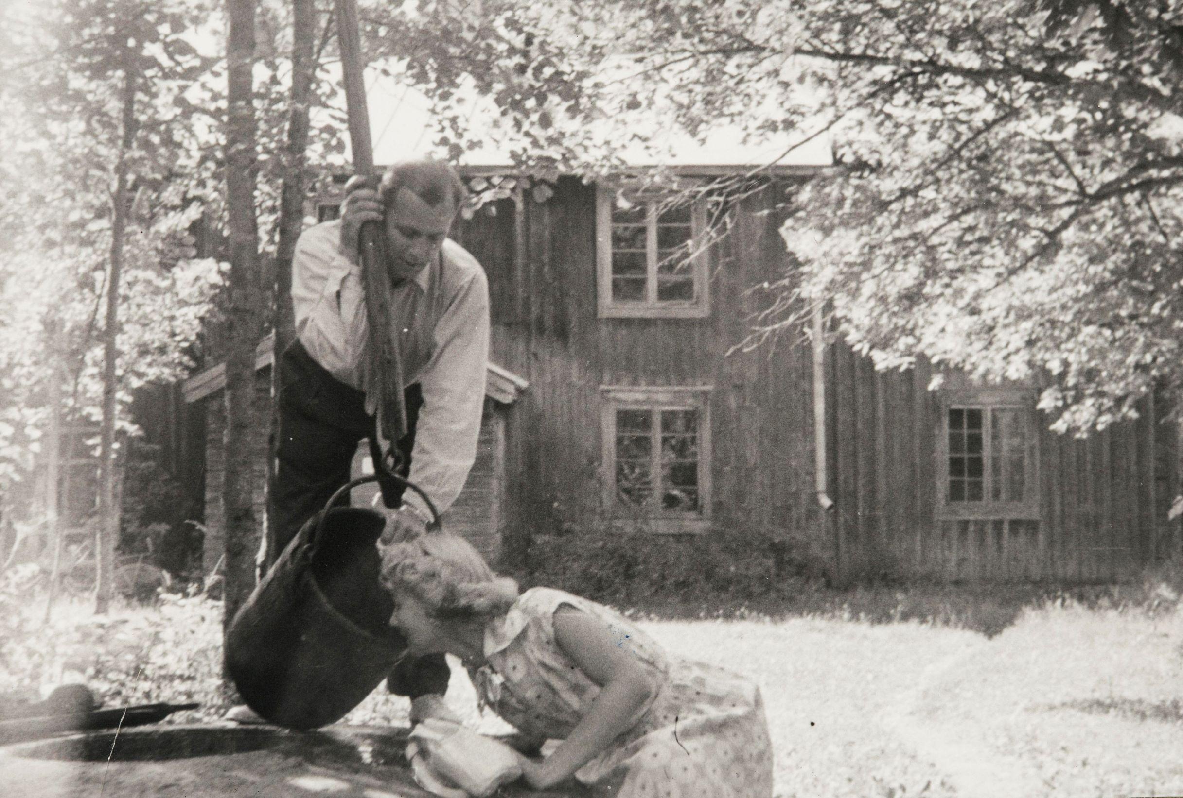 Eeva Joenpelto ja Jarl Hellemann kaivolla