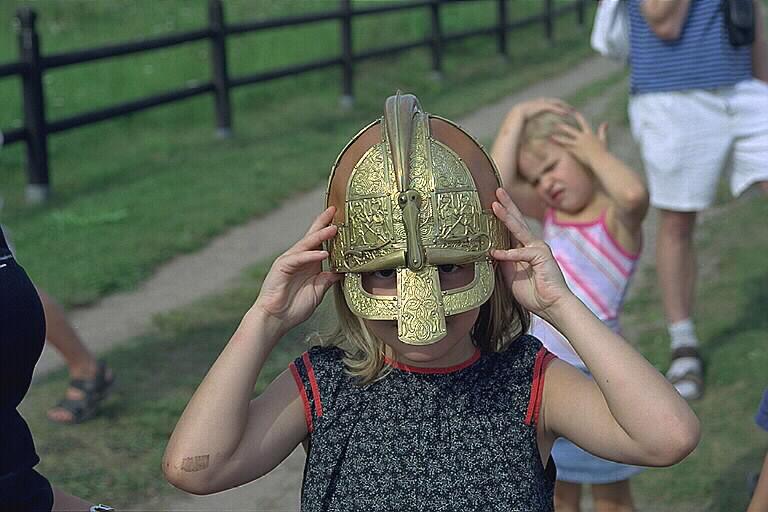 Barn med vikingahjälm.