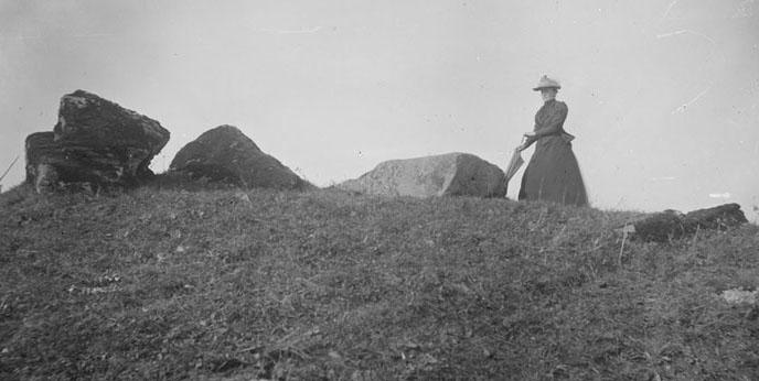 Kvinna vid gånggrift. Karleby, Västergötland (beskuren)