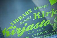 Vihreitä tarroja kirjasto-tekstillä kirjaston ikkunassa.