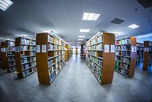 Panoramakuva kirjaston kirjahyllyistä Linna-rakennuksessa.