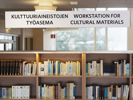 Katossa roikkuva kyltti, jossa lukee kulttuuriaineistojen työasema.