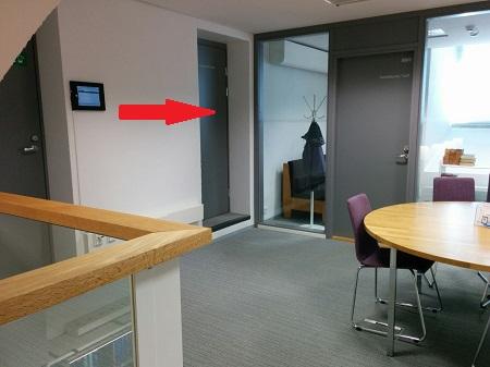 Ovi huoneeseen, jossa sijaitsevat Teutorin kulttuuriaineistojen työasemat.