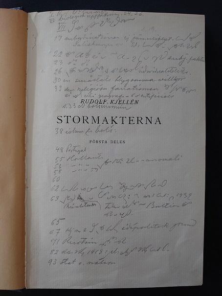 Paasikiven reunamerkintöjä Rudolf Kjellénin Stormakterna-kirjan nimiösivulla.