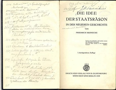 Teos nimeltä Die Idee der Staatsräson, jossa on runsaasti lyijykynällä kirjoitettuja merkintöjä.