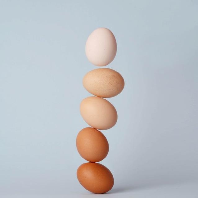 Cinco huevos en equilibro, formando una columna de a uno