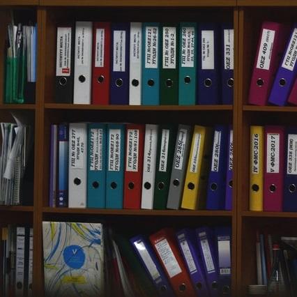 Colección de carpetas en una estantería