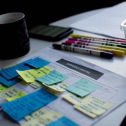 Mesa de oficina con planificador, post-it y bolígrafos