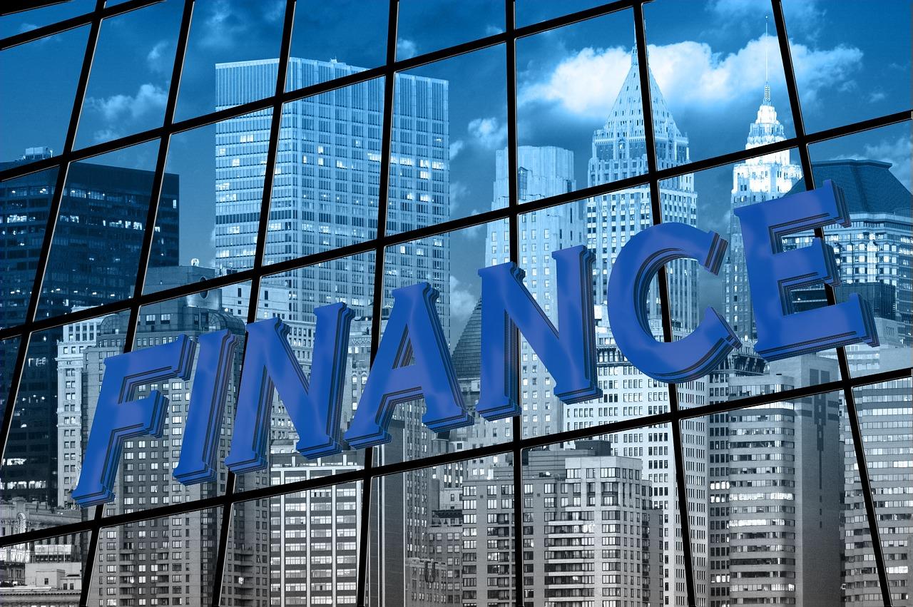 Finance-skylt framför skyskrapor