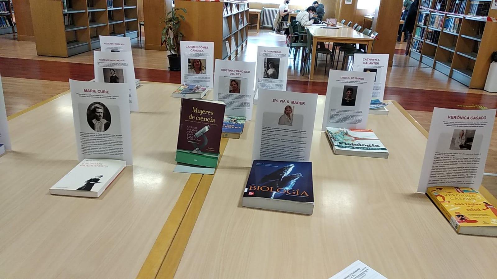 Imagen exposición libros sobre mujeres en la Biblioteca de Ciencias de la Salud