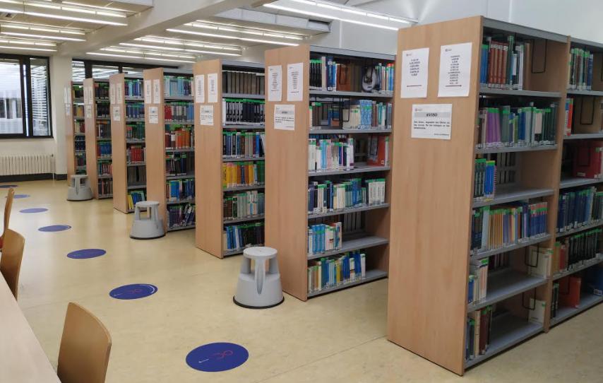 Estanterías de bibliografía recomendada en la Biblioteca de Ciencias